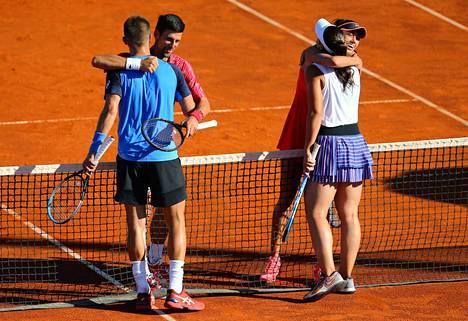 Novak Djokovic tervehtii Borna Coricia, vieressä Ana Konjuh ja Serbian Olga Danilovic.