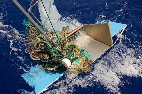 Ocean Cleanup -säätiö tutki muoviroskaa Tyynenmeren jätepyörteessä. Suuri osa jätteestä oli kalastusverkkoja ja köysiä.