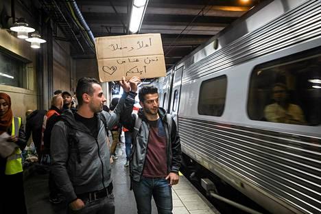 Mohamad Ala (vas.) ja Wasim Brikhan toivottivat pakolaiset tervetulleeksi Tukholman rautatieasemalla syyskuun alussa.