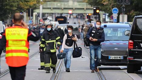 Poliisin rikospaikkatutkijoita saapumassa veitsi-iskun tapahtumapaikalle Nizzassa torstaina.
