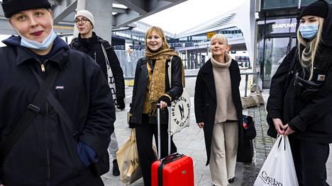 Jenne Välitalo, Rasmus Pihtsalmi, Helka Räty, Susanna Korte ja Kerttu Lindroos vierailivat Tallinnassa esimerkiksi kangaskaupoissa. He opiskelevat puettavaa muotoilua Lahdessa.