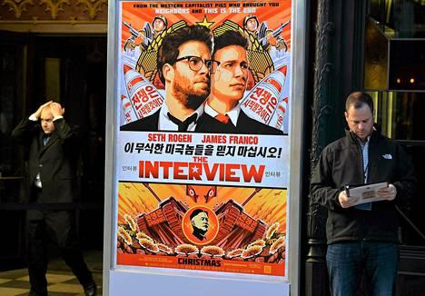 Turvallisuusmiehiä The Interview -elokuvan ensi-iltateatterin edustalla Los Angelesissa 11. joulukuuta.