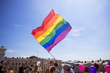 Moni ajattelee yhä, että heteroseksuaalisuus on luonnollista ja normaalia toisin kuin homo- ja biseksuaalisuus, tutkija sanoo.