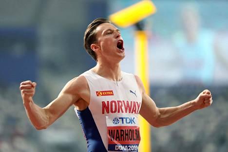 Karsten Warholm on voittanut Dohassa alku- ja välieräjuoksunsa.