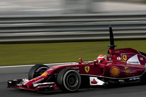 Kimi Räikkösellä oli ongelmia Bahrainin testeissä.