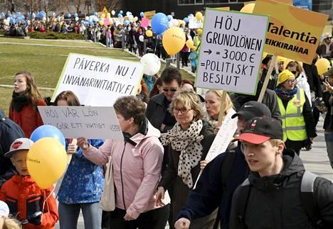Ei leikkirahaa -liikkeen mielenosoitus järjestettiin Helsingin keskustassa lauantaina.