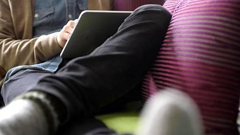 Tabletit, kännykät ja netti-tv valtaavat alaa perinteiseltä telkkarilta.