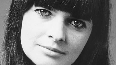 """Valokuvaajaystävä otti kuvan Eila Kaarresalosta vuonna 1968. Kaarresalo toimi tuolloin Latin Quarterin """"photo girlinä"""". Kirjan kuvitusta."""