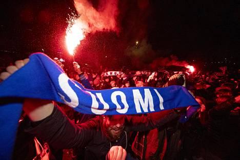 Suomen jalkapallomaajoukkueen kannattajat juhlivat Suomen selviämistä EM-lopputurnaukseen marraskuussa. Nyt turnauksen kohtalo on vaakalaudalla koronavirusepidemian vuoksi.