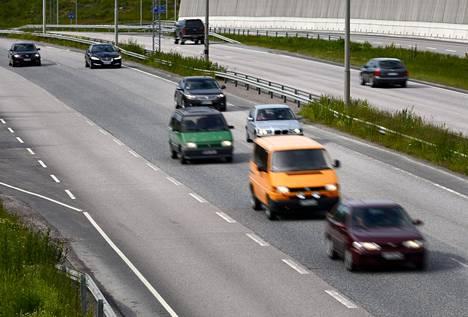 Liikennelääketieteen professorin mukaan 65–75-vuotiailla on verrattain runsaasti sairaskohtauksia, kuten sydänperäisiä ongelmia. Tämä tekee heistä verrattain riskialttiita kuljettajia.
