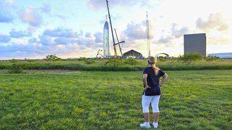 Maria Pointer katsoo etupihaltaan SpaceX:n työntekijöitä rakentamassa prototyyppiä Starship-alukselle.