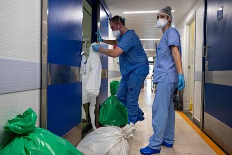 Tania Cruz (oik.) ja Paulo Lima vaihtoivat suojahaalareita vuodeosastolla Vila Nova de Gaian-Espinhon keskussairaalassa Portugalissa.