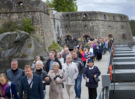 Savonlinnan oopperajuhlien yleisö kotimatkalla kesäillassa esityksen jälkeen. Kuva kesältä 2017.
