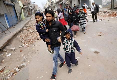 Muslimeja poistui joukolla hinduenemmistöiseltä asuinalueelta Delhissä keskiviikkona.
