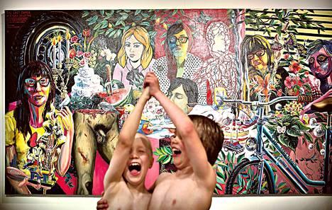 """<span class=""""alku"""">Pyhäniemen kartano.</span> <br />Teemu Mäen maalauksen maailma syttyy entistä väkevämmin eloon, kun näyttely-yleisössä leikkivät pojat panevat tanssiksi sen edessä."""