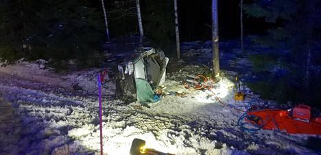 Lähellä Mäntsälän keskustaa tiistaina ulos ajanut pakettiauto romuttui onnettomuudessa pahoin.