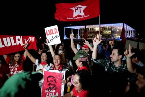 Entisen presidentin Luiz Inácio Lula da Silvan kannattajat osoittivat mieltään Brasilian korkeimman oikeuden edustalla torstaina.