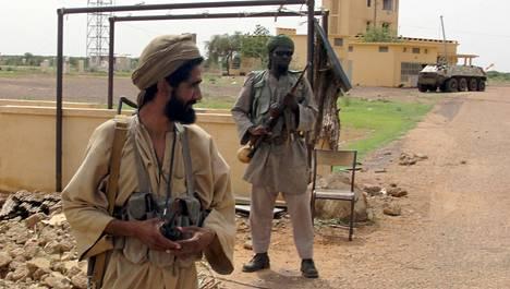 Mujaon taistelijat valvoivat lentokenttää Malissa elokuussa 2012 .