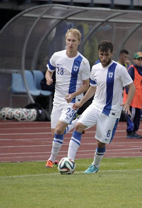 Valtteri Moren (vas.) ja Perparim Hetemaj kunnostautuivat Viro-ottelun maalintekijöinä.