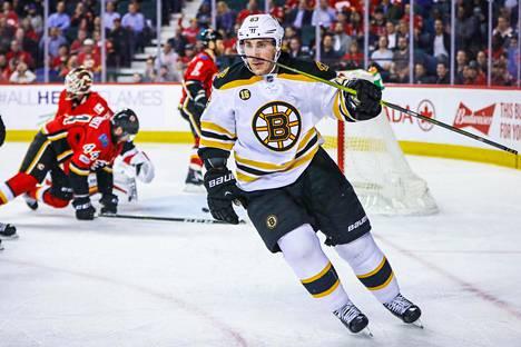 Boston Bruinsin vasen laitahyökkääjä Brad Marchand juhli maalia Calgary Flamesia vastaan 15. maaliskuuta 2017.