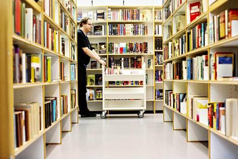 Käteisen rahan käyttö loppuu kymmenissä Helsingin kirjastoissa vuoden 2016 alussa. Pasilassa käteisen rahan käyttö sen sijaan jatkuu. Kuvassa kirjastovirkailija Matti Järvinen.