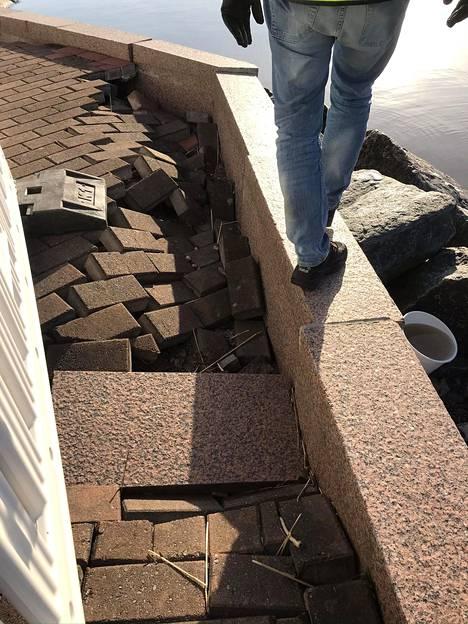Pahimmat vauriot ovat tietä rajaavien graniittistien reunakivien takana. Reunakivet voivat helposti kaatua, sillä niitä ei ole tuettu koko matkalta.