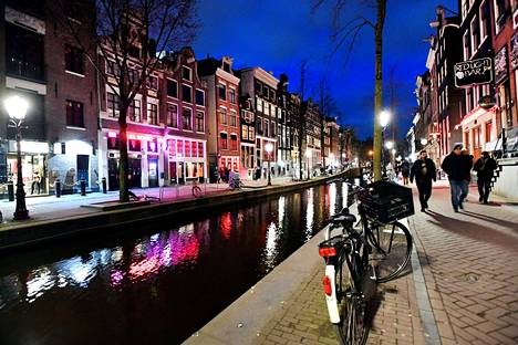 Amsterdamin punaisten lyhtyjen alueella oli jo maaliskuun puolivälissä kaduilla hiljaista.