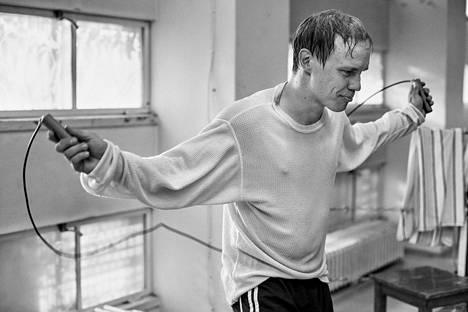 Jarkko Lahti näyttelee palkitussa Hymyilevä mies -elokuvassa nyrkkeilijä Olli Mäkeä.