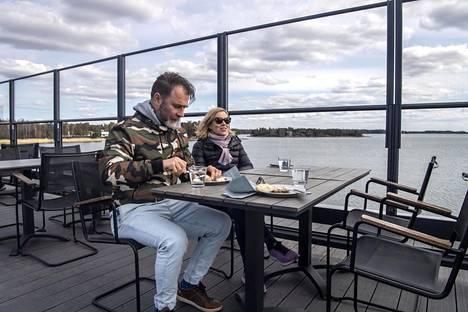"""Katri Taskinen ja Mika Hyötyläinen söivät lounasta Nokkalan Majakan kattoterassilla. """"Täällä on helppo tavata lounalla. On iso terassi, hyvät maisemat ja hyvä ruoka"""", Taskinen sanoo."""