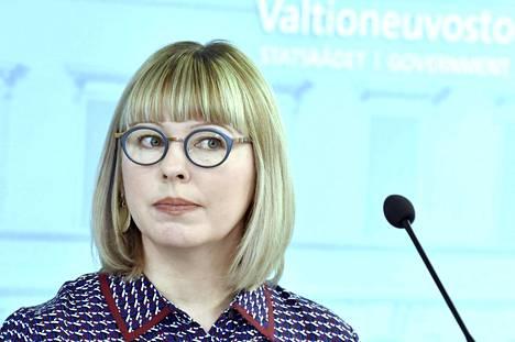 Sosiaali- ja terveysministeri Aino-Kaisa Pekonen hallituksen tiedotustilaisuudessa torstaina.