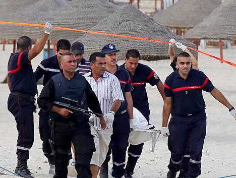 Poliisit kantoivat itsemurhapommittajan ruumista hotellin vieressä sijaitsevalta rannalta Tunisian Soussessa keskiviikkona.