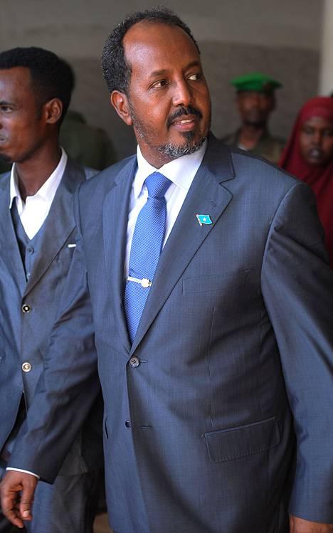 Somalian uusi presidentti Hassan Sheik Mohamud poistui Jazeera-hotellista Mogadishussa keskiviikkona sen jälkeen kun hotellin ulkopuolella räjähti kahden itsemurhapommittajan pommit.