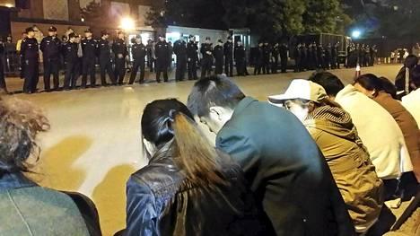 MH370 –lennon matkustajien omaiset kokoontuivat Malesian suurlähetystön edustalle Pekingissä 25. huhtikuuta.