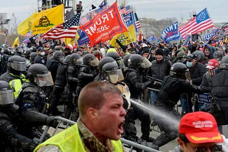 Donald Trumpin kannattajat ottivat yhteen poliisien kanssa kongressitalon valtaamisen yhteydessä loppiaisena.