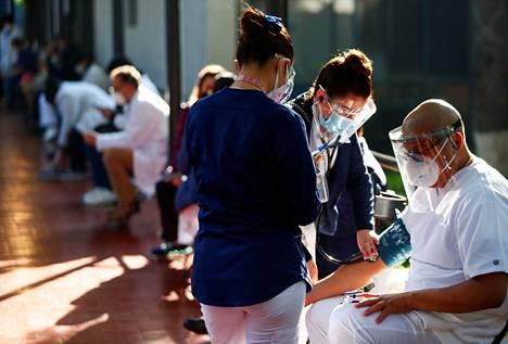 Terveydenhuollon henkilökuntaa rokotettiin jouluaattona Méxicossa.