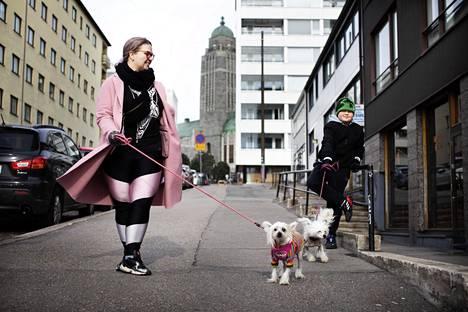 """Kalliossa asuvat äiti ja poika, Nora Mattila ja Erkki Helminen, 11, ulkoiluttivat perjantaina koiriaan Diivaa (villa-asu) ja Dorista. """"En ole ajatellut tiheää asutusta. Enemmän huolta aiheuttaa oma ja kavereiden taloudellinen ahdinko. Eihän täällä kaduilla näe ketään enää. Ikuinen sunnuntai"""", Mattila sanoo."""