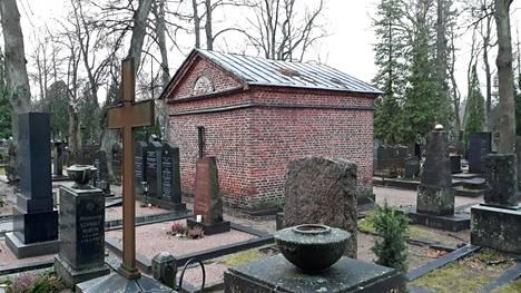 Hietaniemen hautausmaan vanhalla alueella sijaitsee punainen tiilinen hautaholvirakennus.