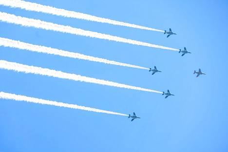 Tokion kisojen avajaisiin kuuluu tiettävästi myös näytös, jossa Japanin ilmavoimien hävittäjät piirtävät olympiarenkaat taivaalle. Kuva keskiviikon harjoituksista.