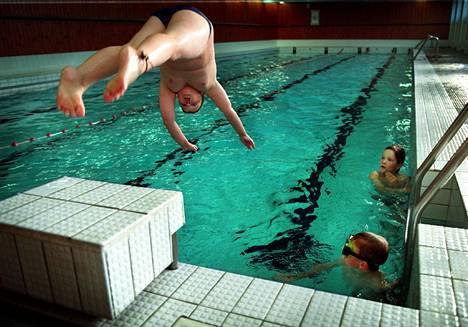 Korson uimahallissa on sangen pienet tilat hyppiä näyttävästi altaaseen.