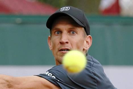 Jarkko Nieminen peittosi Wimbledonin tennisturnauksen avauskierroksella Argentiinan Federico Delbonisin.