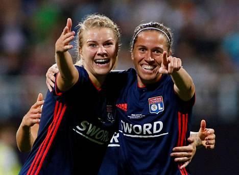 Ada Hegerberg ja Camille Abily juhlivat Abilyn tekemää Lyonin 4–1-maalia