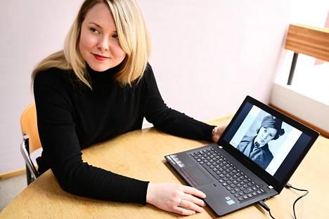 Heidi Ruotsalainen tekee arkistotutkimusta Kansallisarkistossa. Tietokoneen ruudulla on kuva Mirjam Montosesta, joka työskenteli Raskin agenttikoulussa.