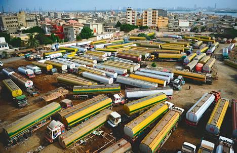 Nato-joukoille polttoainetta kuljettavat rekat ovat seisoneet yli puoli vuotta Pakistanissa, Karachin kaupungissa. Niiden oli määrä päästä uudelleen liikkeelle jo keskiviikkona.