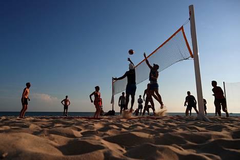 Venäläiset suosivat kotimaassaan erityisesti Pietaria ja Mustanmeren lomakohteita. Ihmisiä pelaamassa rantalentopalloa Sotšissa Mustanmeren rannalla vuonna 2018.