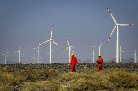 Tuulivoimaloita tarkastetaan Urumqin tuulipuistossa Kiinan luoteisosissa. Tuulivoiman määrä kasvaa räjähdysmäisesti Kiinassa vuoteen 2020 mennessä. Tuuli yksin voi korvata vain pienen osan väistyvästä hiilivoimasta.