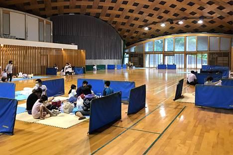 Paikalliset asukkaat majoittuivat tilapäisesti Ashikitan lukiossa Kumamoton prefektuurissa maanantaina.