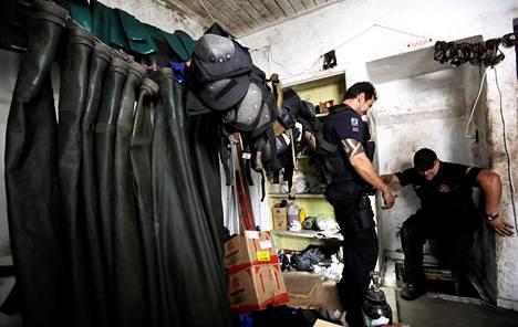 Tunnelin toinen pää sijaitsi talossa, joka on useiden korttelien päässä pankista. Suuaukon luona roikkui vesitiiviitä vaatteita ja polvisuojia.