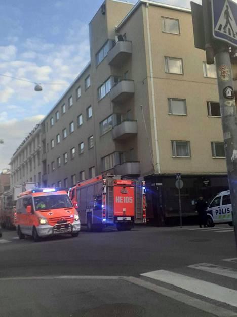 Helsingin Albertinkadulla sijaitsevasta huoneistosta pelastettiin yksi asukas tulipalon vuoksi.