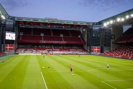 Suomi pelaa historiansa ensimmäisen jalkapallon miesten EM-lopputurnausottelun Kööpenhaminan Parken-stadionilla lauantaina.