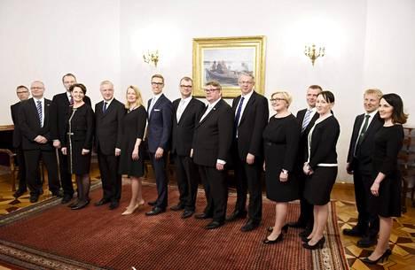 Juha Sipilän hallitus poseerasi alkuperäisessä kokoonpanossaan 29. toukokuuta 2015.